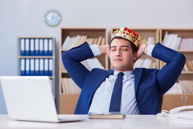 Rey empresario trabajando en la oficina