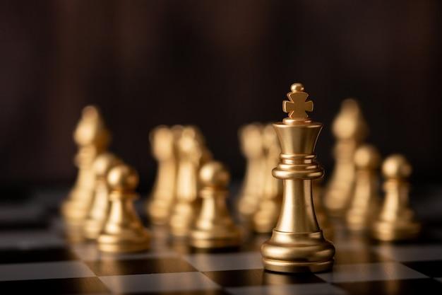 El rey de oro es el líder de pie frente
