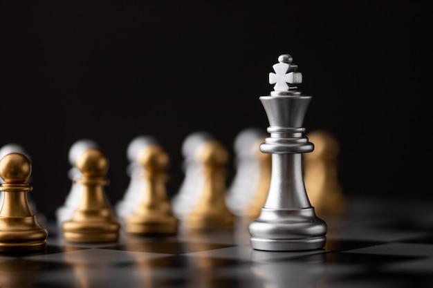 El rey de plata es el líder.
