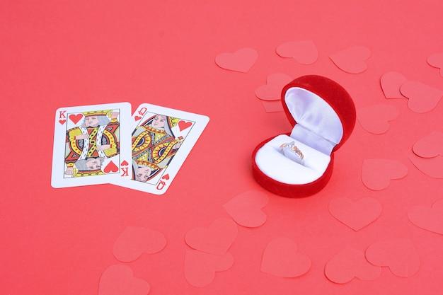 Rey y reina de corazones con anillo de bodas.