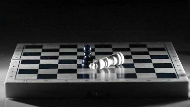Reyes en blanco y negro sobre un tablero de ajedrez. el concepto de victoria.
