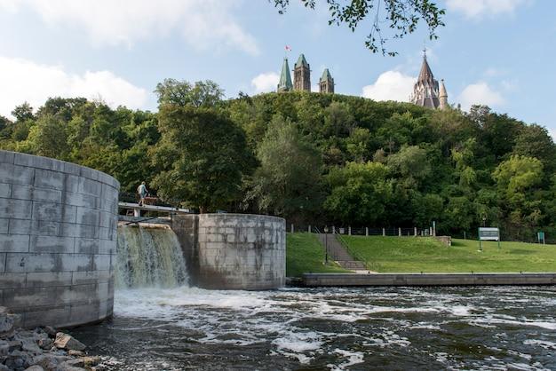 Rideau canal con el edificio del parlamento en el fondo, parliament hill, ottawa, ontario, canadá