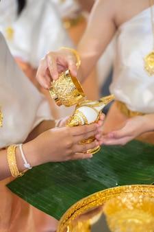 Riego the conch ceremonia de boda tradicional tailandesa cultura asiática para el diseño de obras de arte