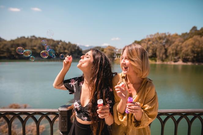 Riendo amigos soplando burbujas