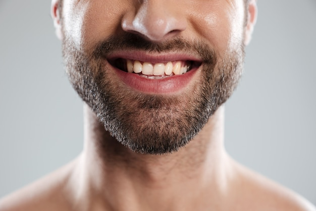 Riendo la cara del hombre con hombros desnudos