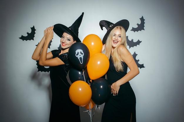Riendo mujeres en disfraces de halloween