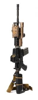 Rifle de airsoft de juguete militar aislado en blanco