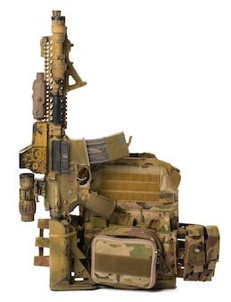 Rifle de airsoft de juguete militar aislado sobre fondo blanco.