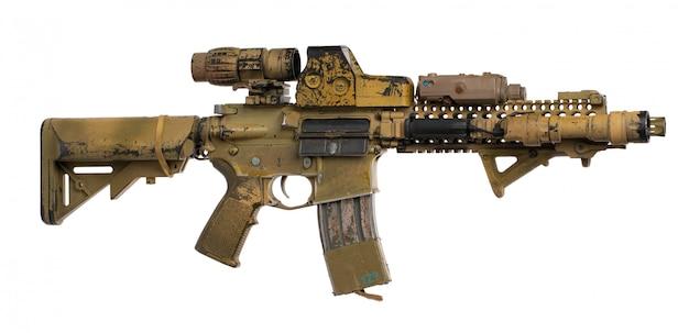 Rifle de airsoft de juguete militar aislado sobre superficie blanca