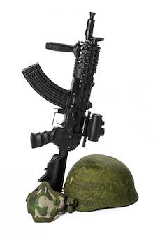Rifle de airsoft de juguete militar aislado