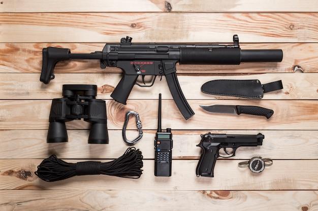 Rifle de asalto, pistola, cuchillo y otras armas