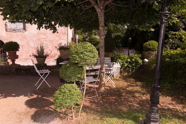 Rincón de relajación con mesa y sillas en el jardín de la casa.