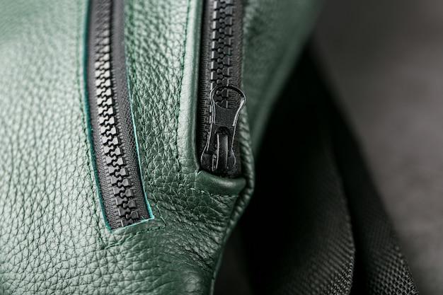 Riñonera de cuero texturizado verde oscuro sobre gris