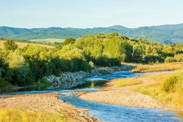 Río azul claro en las montañas