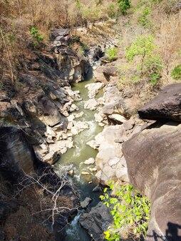 Río en el bosque dipterocarpio en op luang national park, hot, chiang mai, tailandia.