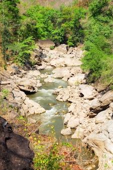 Río en el bosque en el parque nacional de op luang, caliente, chiang mai, tailandia.