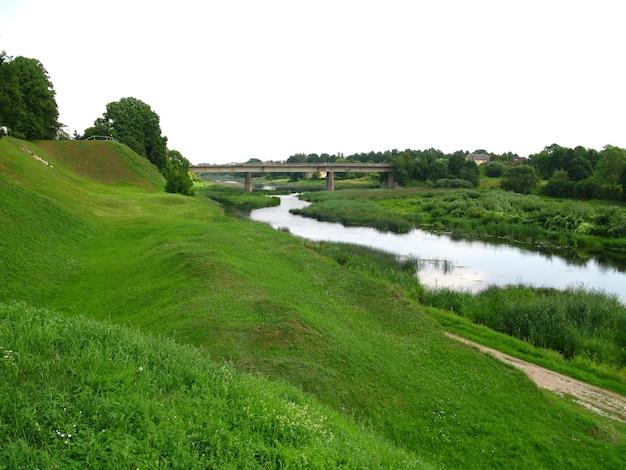 El río cerca del castillo de bauska en el país de letonia