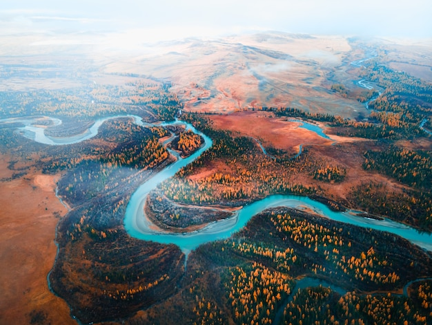 Río chuya en la estepa de kurai montañas de altai siberia rusia vista aérea de drone paisaje otoñal