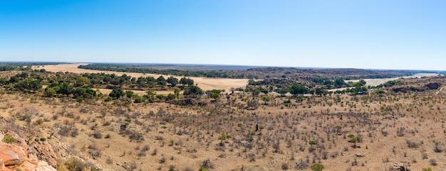 Río cruzando el paisaje desértico del parque nacional mapungubwe, destino de viaje en sudáfrica
