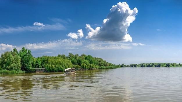 Río danubio cerca del pueblo de vilkovo, ucrania