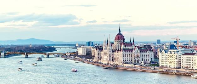 Río danubio y el parlamento en budapest