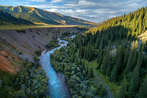 Río en un desfiladero de montaña, fotografía aérea