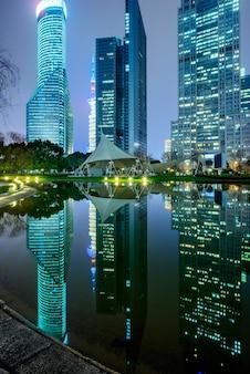 Río y edificios modernos contra el cielo