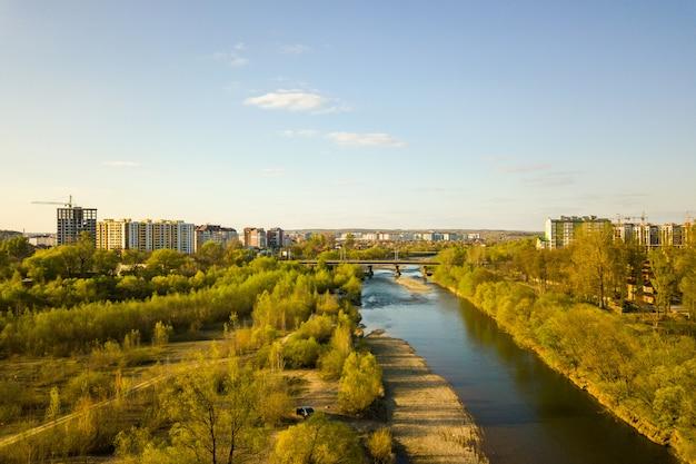 Río y edificios residenciales altos en construcción en la distancia.