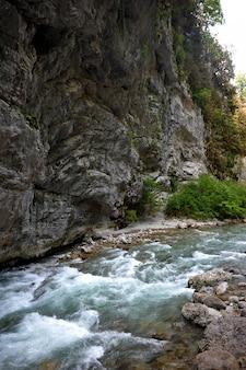 Río de montaña en abjasia