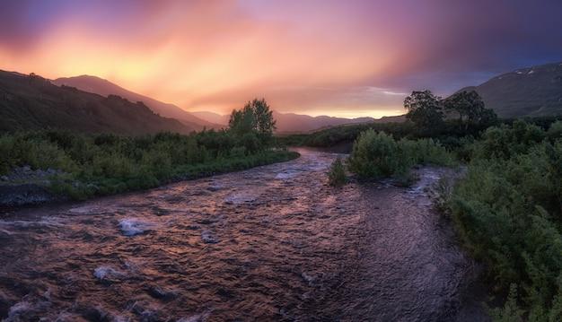 Río de montaña al atardecer. río paratunka en kamchatka, extremo oriente ruso