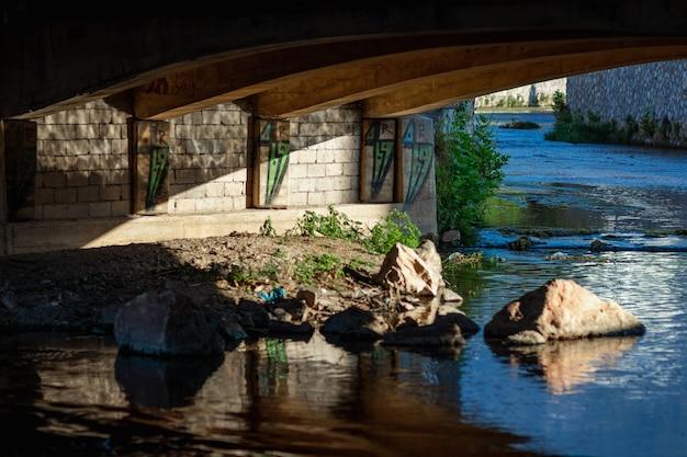 Río de montaña debajo del puente. una mirada dolorosa, naturaleza.