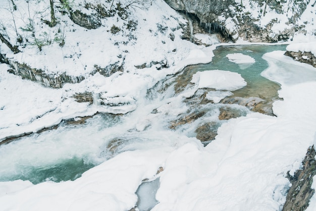 Río de montaña en invierno