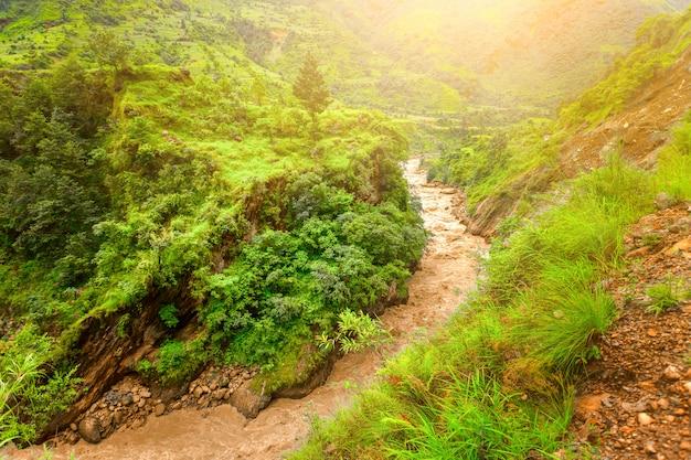 Río y montañas en nepal