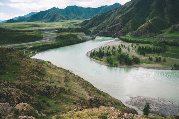 Río montañoso en las tierras altas en tiempo nublado.