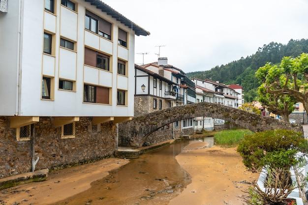 Río del municipio de ea cerca de lekeitio, cantábrico en el cantábrico. país vasco