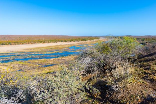 Río olifants, pintoresco y colorido paisaje con vida silvestre en el parque nacional kruger, sudáfrica.
