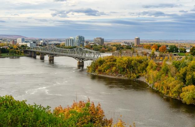 Río ottawa y puente alexandra en ottawa, canadá