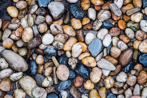 Río de piedra, guijarros de colores. pequeñas piedras limpias en el suelo.