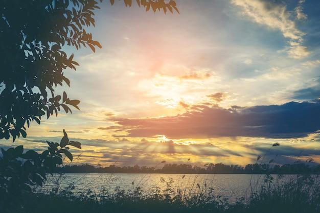 Río puesta de sol
