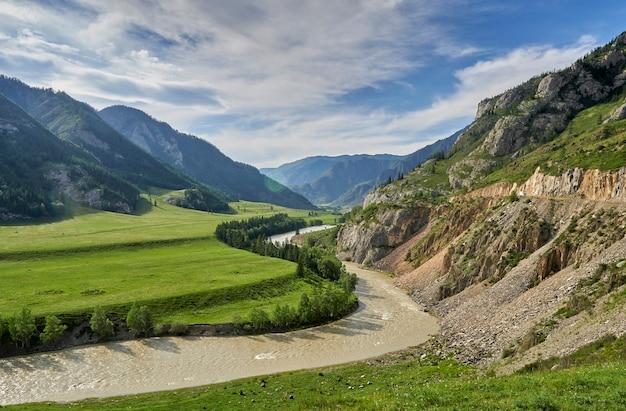 Río que fluye en un valle entre las montañas