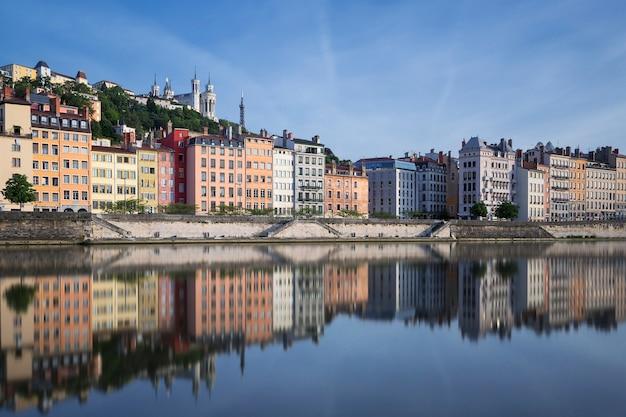 Río saona y reflexión, lyon, francia.