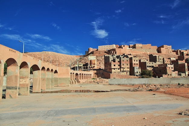 El río seco en ghardaia es ciudad, desierto del sahara, argelia