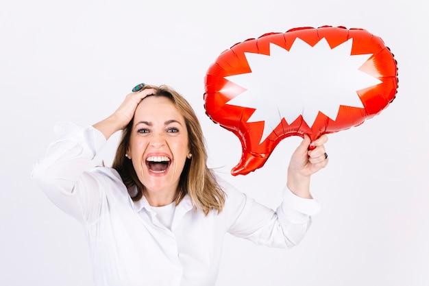 Risa mujer con globo de discurso