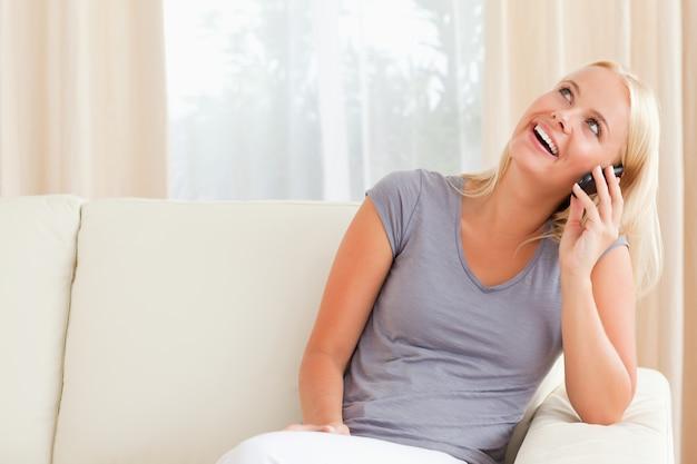 Risa mujer hablando por teléfono
