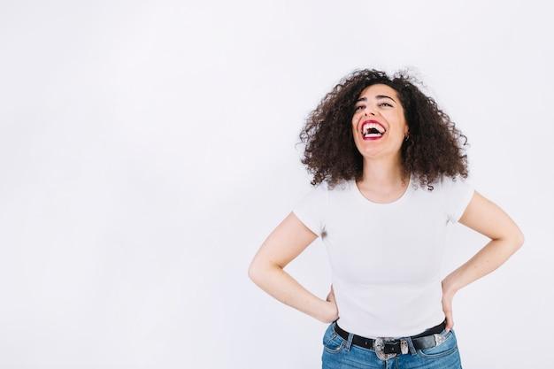 Risa de mujer con pelo rizado