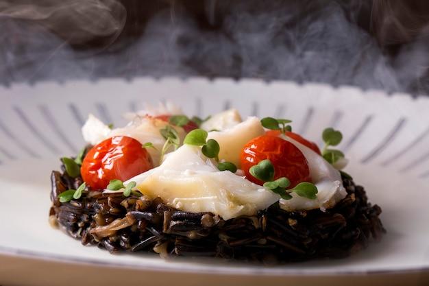 Risotto de arroz negro con bacalao desmenuzado