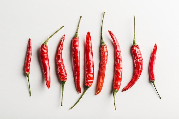 Ritmo de hot chili peppers vista superior sobre un fondo blanco.