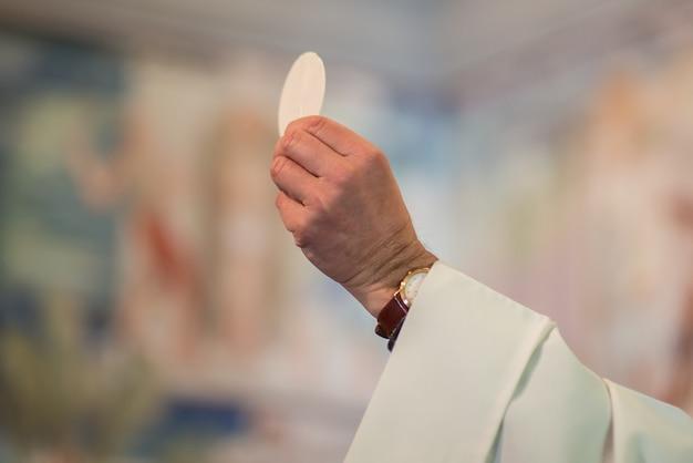 El rito de la eucaristía.
