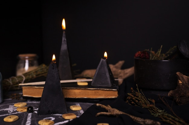 Ritual de magia negra con velas y runas.