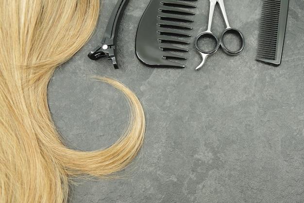 Rizo rubio de cabello y peluquería conjunto aislado en gris